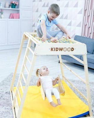 stolik_hustawka_dzieci_w_pokoju