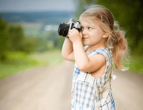 dziewczynka z aparatem fotograficznym
