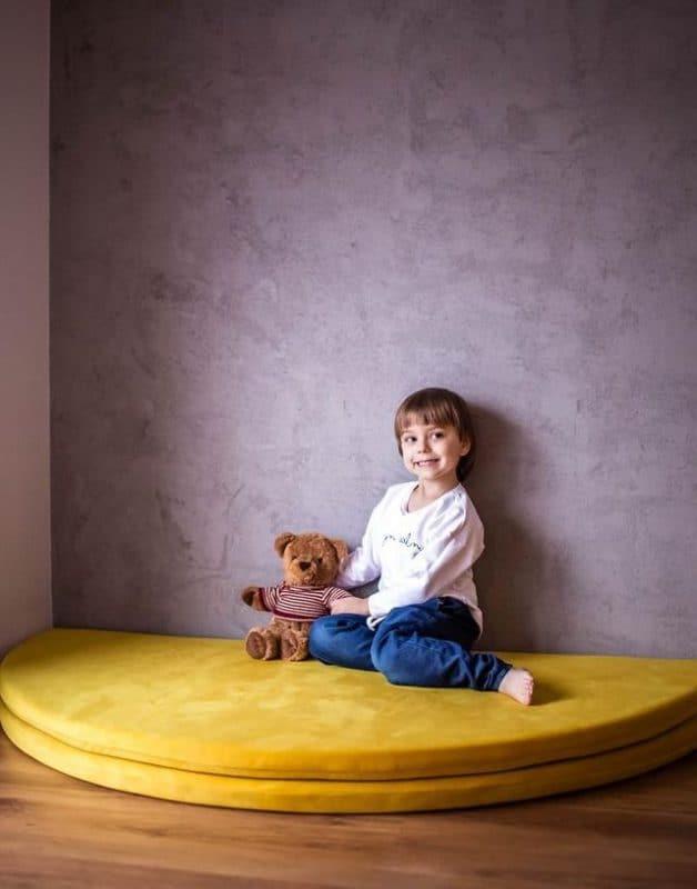 maty_do_zabawy_welurowa_w_pokoju_dla_dzieci