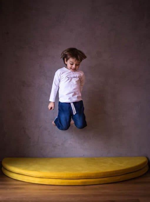 maty_do_zabawy_welurowa_zolte_w_pokoju_dzieci